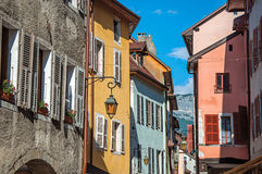 Fachada de construções velhas e coloridas com as janelas em Annecy Imagens de Stock Royalty Free