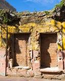 Fachada de desintegração brilhantemente colorida da construção, México imagem de stock