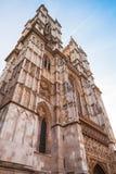 Fachada de la abadía de Westminster debajo del cielo azul Fotos de archivo libres de regalías