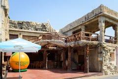 Fachada de la barra vieja, hecha en estilo de la Edad de Piedra en la ciudad de Faliraki Isla de Rodas, Grecia Fotografía de archivo libre de regalías