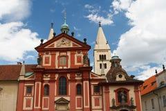 Fachada de la basílica Basilika SV del ` s de San Jorge Jiri en Praga Ca Imagen de archivo libre de regalías