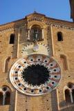 Fachada de la basílica de la catedral de la Virgen presunta con el sombrero y el cielo iluminados por el sol de la mañana en el c Imagen de archivo libre de regalías