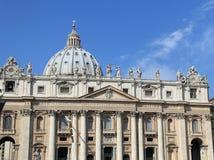 Fachada de la basílica de San Pedro, Vatican foto de archivo