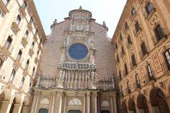 Fachada de la basílica en la abadía benedictina en Montserrat, S Imágenes de archivo libres de regalías
