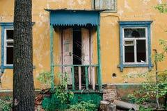 Fachada de la casa abandonada, casa arruinada demolida Imágenes de archivo libres de regalías