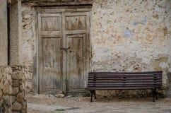 Fachada de la casa abandonada con el banco Foto de archivo