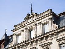 Fachada de la casa con el cielo azul Fotografía de archivo libre de regalías