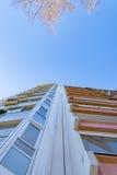 Fachada de la casa con el cielo azul Foto de archivo