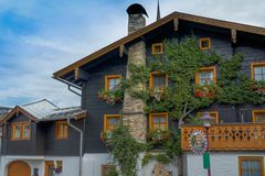 Fachada de la casa con el tejado foto de archivo