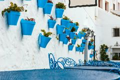 Fachada de la casa con las flores en potes azules Foto de archivo libre de regalías