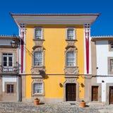 Fachada de la casa de Magessi, también conocida como casa amarilla, un pequeño hotel en Castelo de Vide Imagen de archivo