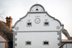 Fachada de la casa en Holasovice, República Checa imagen de archivo libre de regalías