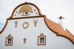 Fachada de la casa en Holasovice, República Checa fotos de archivo