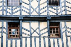 Fachada de la casa de entramado de madera vieja urbana en la ciudad de Treguier fotografía de archivo