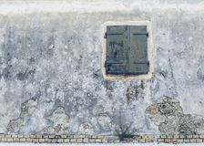 Fachada de la casa vieja con las anteojeras en el pueblo griego Fotos de archivo libres de regalías