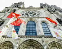Fachada de la catedral de Chartres con las banderas foto de archivo libre de regalías