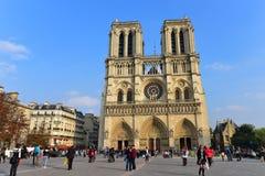 Fachada de la catedral famosa de Notre Dame de Paris en París Imagenes de archivo