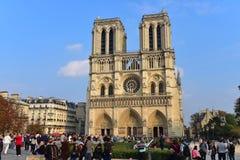 Fachada de la catedral famosa de Notre Dame de Paris en París Imagen de archivo