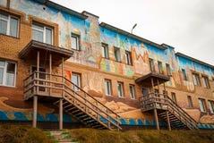 Fachada de la escuela en Barentsburg, Svalbard Fotografía de archivo