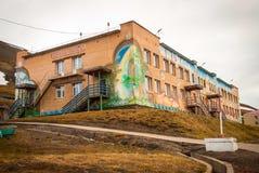 Fachada de la escuela en Barentsburg, Svalbard Fotografía de archivo libre de regalías