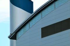 Fachada de la fábrica con la chimenea Fotografía de archivo libre de regalías