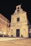 Fachada de la iglesia con el reloj de pared en la noche Fotografía de archivo