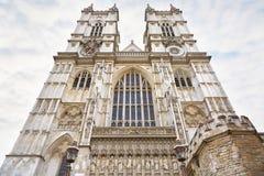 Fachada de la iglesia de la abadía de Westminster en el cielo nublado en Londres Foto de archivo libre de regalías