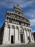 Fachada de la iglesia de San Micaela in foro, Lucca (Italia Fotografía de archivo