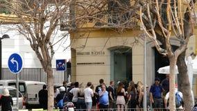 Fachada de la institución Picasso con la gente que camina, Málaga, Andalucía, España metrajes