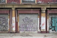 Fachada de la tienda con graffitti en las puertas del hierro en una calle de Jakarta, Indonesia imagenes de archivo