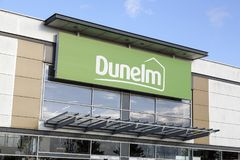 Fachada de la tienda de Dunelm con un fondo del cielo azul Foto de archivo libre de regalías