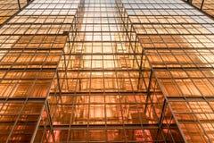 Fachada de la torre del edificio de oficinas del color del oro en centro de negocios Imágenes de archivo libres de regalías