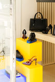 Fachada de la zapatería con los bolsos de cuero, los zapatos y los accesorios Imagen de archivo