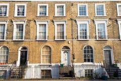Fachada de las casas de ciudad residenciales victorianas hechas en ladrillo amarillo Imagen de archivo libre de regalías