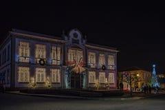 Fachada de las decoraciones del pasillo del tonw y de la luz de la Navidad del pueblo de Vila Nova de Cerveira imagen de archivo libre de regalías