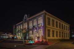 Fachada de las decoraciones del pasillo del tonw y de la luz de la Navidad del pueblo de Vila Nova de Cerveira imágenes de archivo libres de regalías