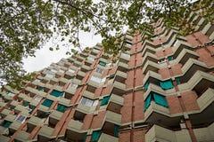 Fachada de los apartamentos tradicionales de la ciudad Foto de archivo libre de regalías