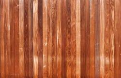 Fachada de madeira de placas verticais Fotos de Stock