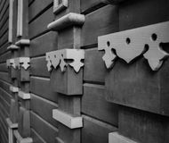 Fachada de madera con los elementos de la arquitectura en la pared Fotografía de archivo libre de regalías