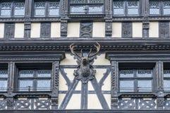 Fachada de madera del edificio con la escultura del trofeo de la caza fotos de archivo