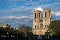 Fachada de Notre Dame Paris no por do sol foto de stock
