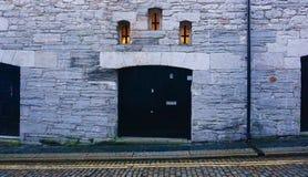 Fachada de pedra da construção com Windows pequeno Imagem de Stock