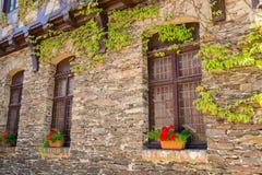 Fachada de piedra vieja de la casa Foto de archivo