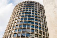 Fachada de um arranha-céus cilíndrico do escritório Fotografia de Stock Royalty Free