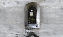 Fachada de um castelo abandonado velho em SztBenedekTransylvania, Romênia imagem de stock