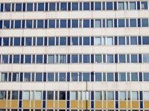 Fachada de um edifício moderno do departamento Fotos de Stock