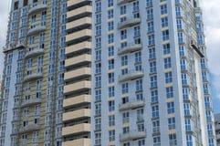 Fachada de um multi-andar pálido - casa azul sob a construção imagens de stock royalty free