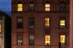 Fachada de um pr?dio de apartamentos t?pico do brownstone na noite, em Harlem, New York City, NY, EUA fotos de stock