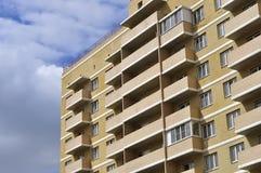 Fachada de um prédio de apartamentos novo imagens de stock