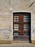 Fachada de uma casa abandonada fotos de stock